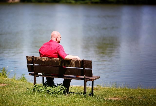 muž a lavička
