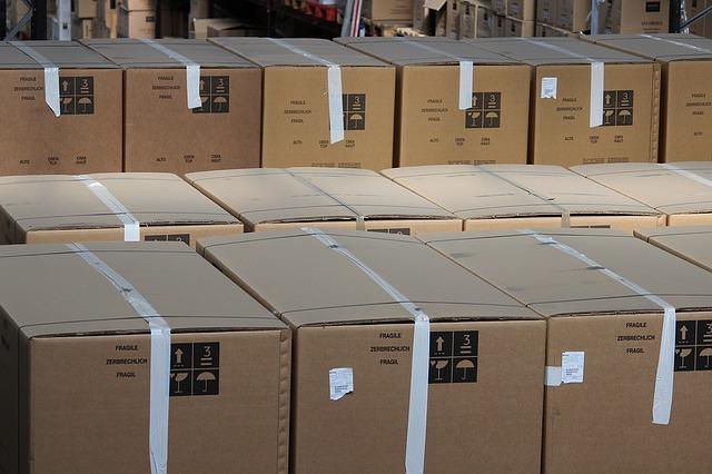 zboží v krabicích