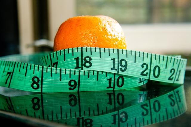 měřicí páska a pomeranč