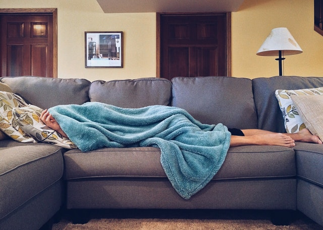 spící člověk na sedačce.jpg