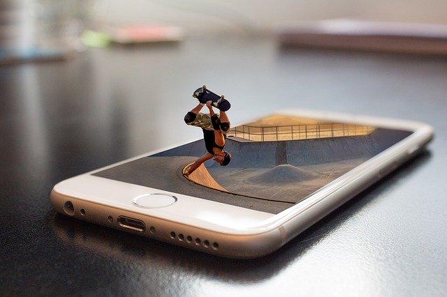 mobilní telefon a hračka