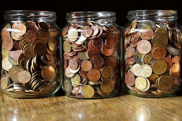 sklenice s penězi