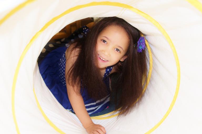 dítě v tunelu