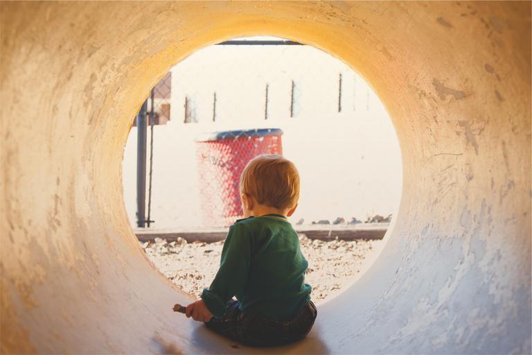chlapec v tunelu
